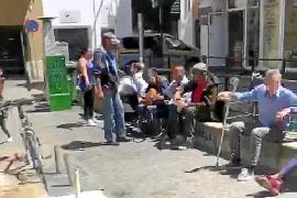 Vecinos y comerciantes se unen para mejorar la imagen de la Plaça d'en Coll