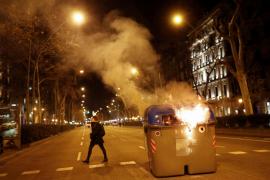 Quema de contenedor en Barcelona en una protesta en apoyo a Torra
