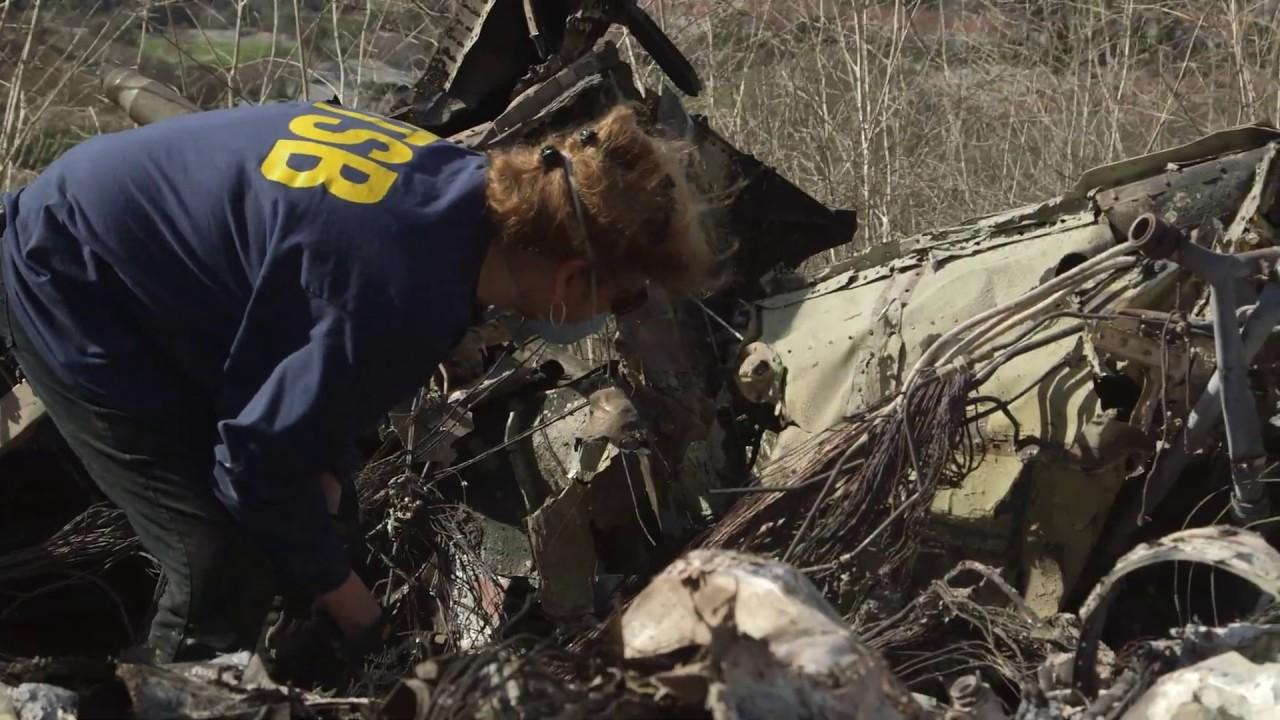 Agentes investigan sobre el terreno el accidente del helicóptero de Kobe Bryant