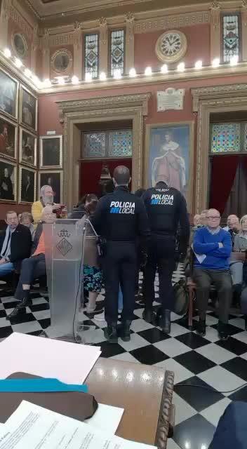 La Policía desaloja del pleno de Palma a personas afectadas por los desahucios
