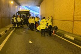 Muere un motorista tras entrar en sentido contrario en un túnel y chocar frontalmente con un autobús