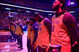Los Lakers recuerdan a Kobe Bryant en un emotivo homenaje en el Staples Center