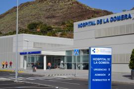 El paciente que dio positivo por coronavirus y los otros ingresados seguirán en La Gomera recibiendo tratamiento