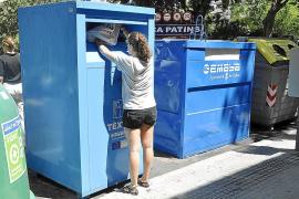 Emaya repartirá cien contenedores de ropa nuevos para aumentar el reciclaje