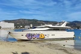 El barco varado en la playa de Son Maties, víctima de actos vandálicos