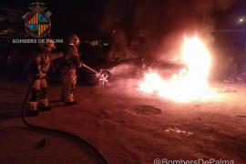 Arde un coche y el fuego afecta a otro en Palma