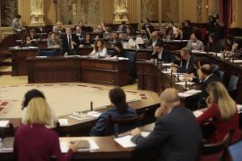 Todos los partidos salvo Vox aprueban la normativa contra el turismo de excesos