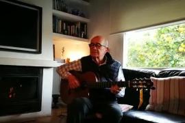 Joan Murenu canta Bona nit, blanca roseta desde su casa