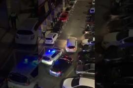 Un coche embiste a un vehículo de policía
