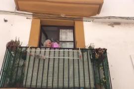 Pilar cumple 95 años felicitada por todos sus vecinos de la Marina