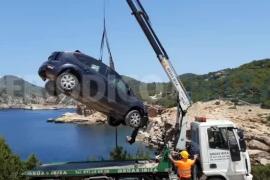 Retirada del vehículo precipitado en Punta Galera.