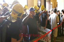 Protesta masiva en Cort por los recortes