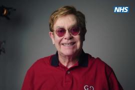 Elton John y Michael Caine animan a los británicos a vacunarse