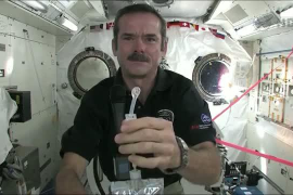 Un astronauta muestra cómo se lavan las manos en el espacio