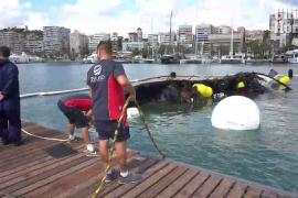 Reflotan los restos del catamarán que ardió en el Club Náutico de Palma