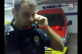 Un policía local se mofa de un vendedor ambulante