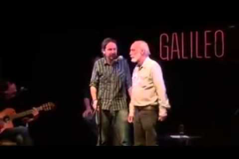 Pablo Iglesias cantando Cuervo Ingenuo con Javier Krahe