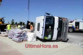 Camión volcado en el Camí Fondo