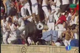 Un toro salta al tendido en la plaza de Tafalla