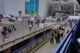 Usuarios del aeropuerto huyen tras las explosiones