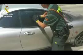 La Guardia Civil rescata a un perro del interior de un coche