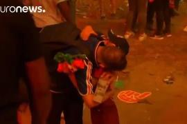 Tierna imagen de un niño portugués consolando a un aficionado francés