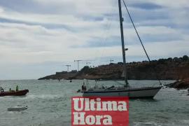 Un velero encalla en El Toro