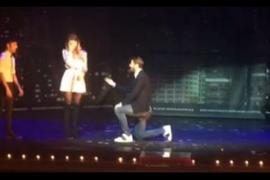 Álvaro Morata pide matrimonio a su pareja durante un espectáculo de magia.