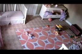 Un niño de dos años salva la vida de su hermano gemelo