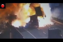 Brutal explosión tras el choque de dos camiones en China