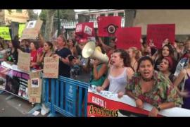 Protesta de los antitaurinos en la Plaza de Toros de Palma