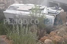 Un conductor sale ileso tras salirse de la vía y caer a un torrente en Sant Antoni