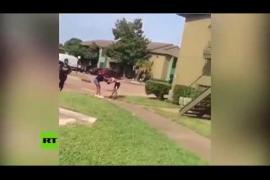 Una madre saca un arma para frenar una violenta pelea de su hija adolescente