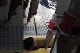 Un joven queda atrapado entre el tren y el andén de una estación