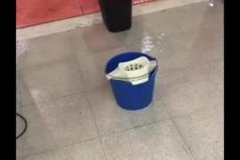 Goteras en el pabellón deportivo de Es Pratet durante un entreno