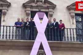 Lazo rosa en la fachada de Cort con motivo del Día mundial Contra el Cáncer de mama