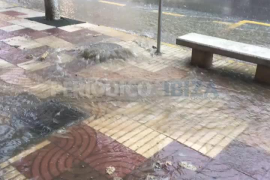 Una alcantarilla colapsada inunda la calle frente a los juzgados