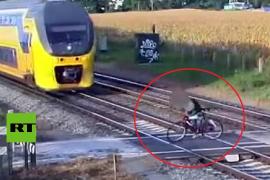 Ciclista atraviesa unas vías de tren