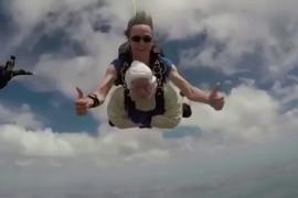 Salta en paracaídas a los 102 años