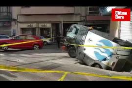 Un socavón 'engulle' a un vehículo de limpieza de Emaya