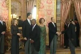 El representante del Congo retira la mano a doña Letizia