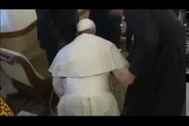 El papa Francisco besa los pies a los líderes de Sudán del Sur