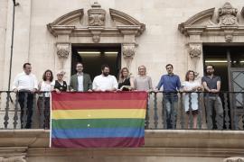 Cuelgan la bandera LGTBI en el Ayuntamiento de Palma